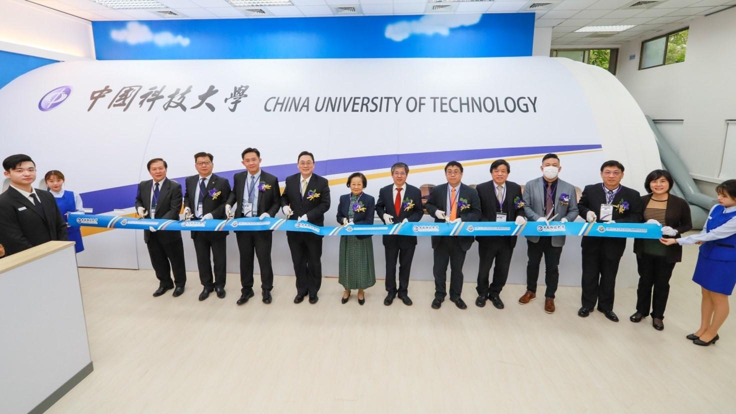 圖1 中國科大航空服務模擬教室剪綵啟用典禮